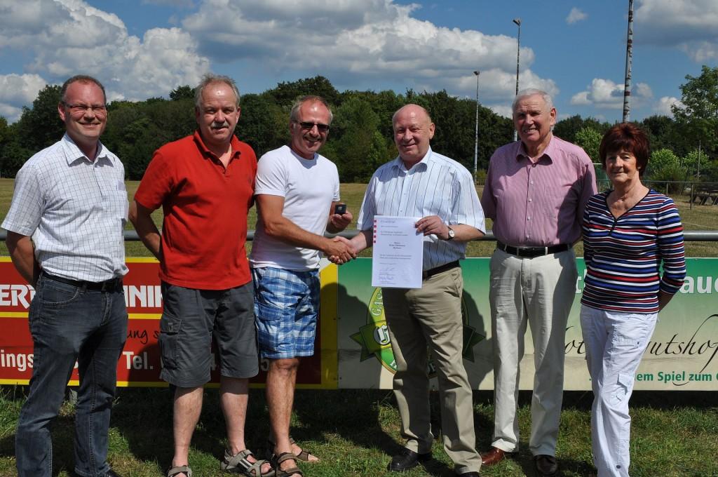 Klaus Thielmann (3.v.li.) erhielt von Landrat Wolfgang Schuster (4.v.li.) den Landesehrenbrief. Sascha M. Preußner-Pfaff, Dieter Weyel, Lothar Hermann und Inge Herr (v.li.) gratulieren. (Foto: Röder)